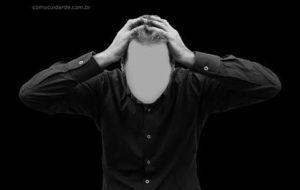 Homem com mão na cabeça dor