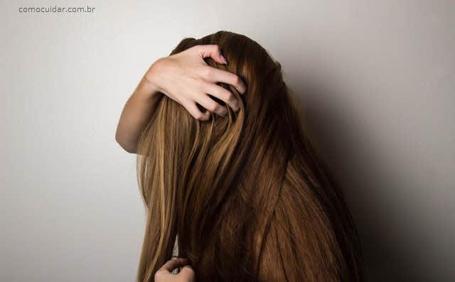 Como cuidar de cabelos com caspa